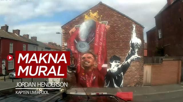 Berita video seniman bernama Paul Curtis menjelaskan makna mural Jordan Henderson mengangkat trofi juara Liga Inggris di sebuah area di Liverpool.