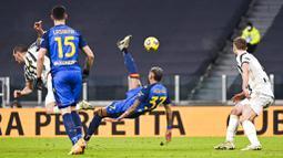 Pemain Udinese, Roberto Pereyra, melakukan tendangan salto saat melawan Juventus pada laga Liga Italia di Stadion Allianz, Turin, Minggu (3/1/2021). Juventus menang dengan skor 4-1. (Marco Alpozzi/LaPresse via AP)