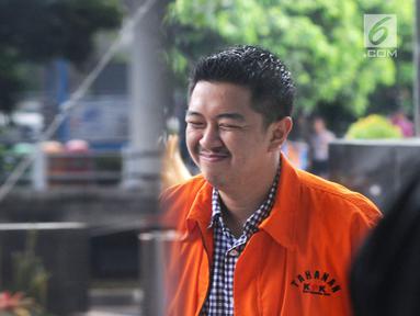 Wali Kota Kendari Adriatma Dwi Putra saat tiba di Gedung KPK, Jakarta, Senin (19/3). Adriatma menjalani pemeriksaan sebagai tersangka terkait suap proyek pengadaan barang dan jasa Pemkot Kendari tahun 2017-2018. (Merdeka.com/Dwi Narwoko)