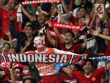 Suporter tim Garuda bersorak merayakan kemenangan Timnas Indonesia atas Timor Leste pada penyisihan grup B Piala AFF 2018 di Stadion GBK, Jakarta, Selasa (13/11). Indonesia unggul 3-1. (Liputan6.com/Helmi Fithriansyah)