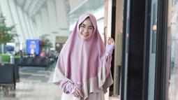 Anisa yang sekarang sering diundang mengisi acara-acara islami ini tampak anggun dengan busana muslim bernuansa pink. (Liputan6.com/IG/@anisarahma_12)