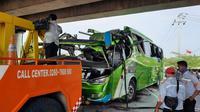 Bus yang terlibat kecelakaan di Tol Cipali dievakuasi oleh petugas. (Liputan6.com/Abramena)