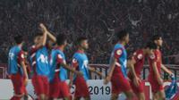 Para suporter merayakan kemenangan Timnas Indonesia atas UEA pada laga AFC U-19 Championship di SUGBK, Jakarta, Selasa (24/10). Indonesia menang 1-0 atas UEA. (Bola.com/Vitalis Yogi Trisna)