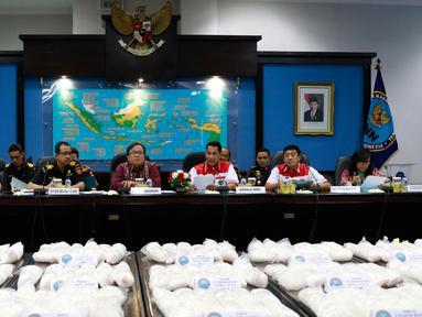 Menkeu Bambang Brojonegoro (tengah) bersama Tim gabungan Badan Narkotika Nasional (BNN) dan Direktorat Jenderal Bea Cukai saat rilis penyelundupan 270kg shabu, Jakarta, Selasa (20/10/2015). (Liputan6.com/Yoppy Renato)