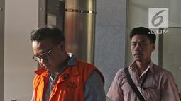 Keponakan Setya Novanto, Irvanto Hendra Pambudi usai menjalani pemeriksaan lanjutan dalam pengembangan kasus dugaan korupsi proyek pengadaan Kartu Tanda Penduduk (KTP) elektronik di gedung KPK, Jakarta, Senin (2/4). (Liputan6.com/Herman Zakharia)