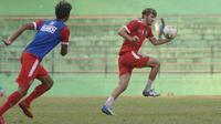 Pavel Smolyachenko dijajal di tim utama dalam internal game Arema FC, Senin (24/6/2019) di Stadion Gajayana, Malang. (Bola.com/Iwan Setiawan)
