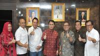 Film Taufiq: Lelaki yang Menentang Badai akan tayang di bioskop pada Maret 2019 menceritakan tentang penjuangan Taufiq Kiemmas membela Soekarno pada saat rezim orde baru.
