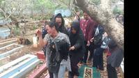 Pihak keluarga telah mengantarkan jenazah Akbar Alamsyah ke tempat peristirahatan terakhirnya di TPU Cipulir, Kebayoran Lama, Jakarta Selatan. (Merdeka/Ronald