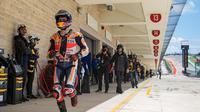 Jorge Lorenzo berlari menuju pit saat sesi kualifikasi MotoGP Austin. (Twitter/MotoGP)