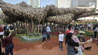 "Instalasi bambu ""Getih Getah"" di kawasan Bundaran Hotel Indonesia (HI) menjadi daya tarik pengunjung car free day, Jakarta, Minggu (19/8). Sejumlah masyarakat beramai-ramai berswafoto di depan karya seni bambu itu. (Merdeka.com/ Iqbal S. Nugroho)"