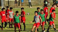 Sesi latihan PSM Makassar di Lapangan Bosowa Sport Centre. (Bola.com/Abdi Satria)