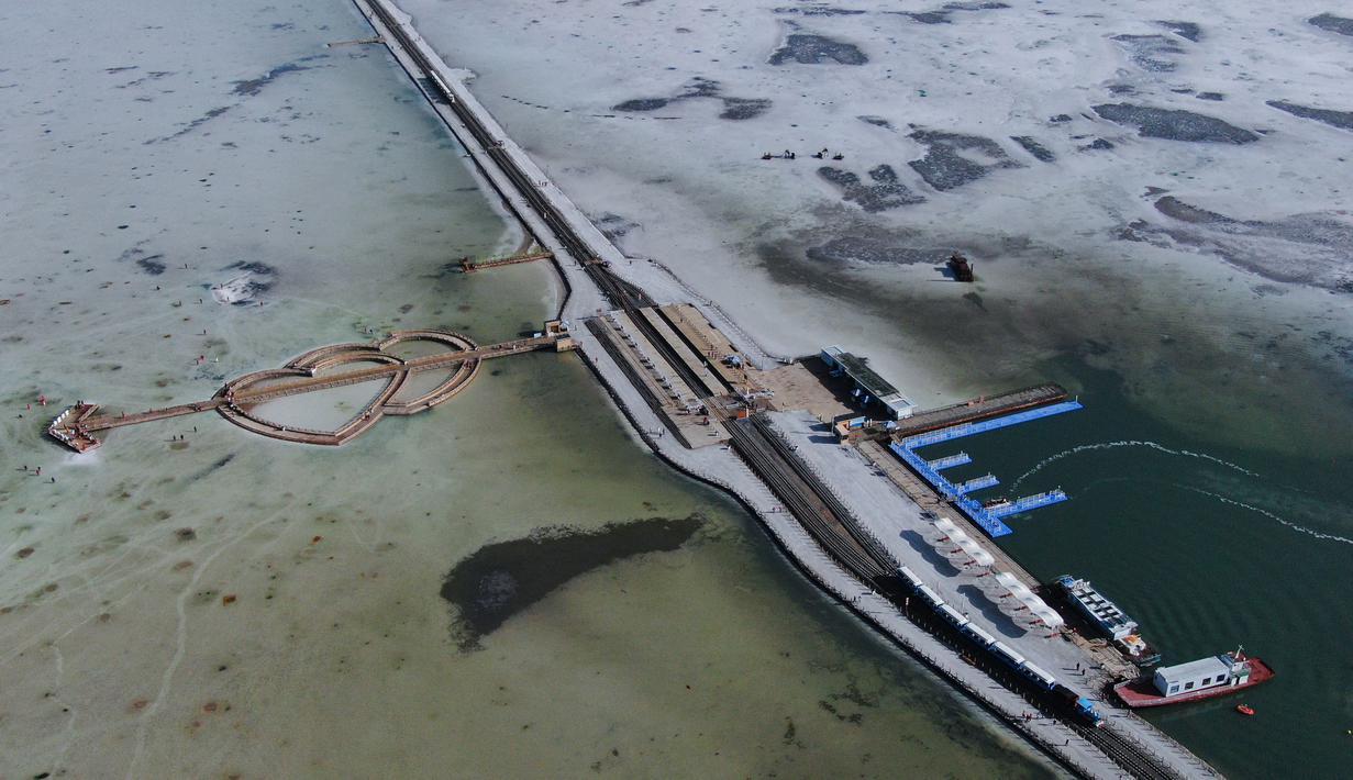 """Foto dari udara yang diabadikan pada 23 September 2020 ini memperlihatkan pemandangan di Danau Garam Caka di Wilayah Wulan, Provinsi Qinghai, China barat laut. Danau garam hasil kristalisasi alami di ketinggian 3.100 meter itu dikenal dengan sebutan """"cermin langit"""". (Xinhua/Zhang Long)"""