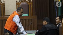 Terdakwa kasus dugaan kepemilikan senjata api illegal, Habil Marati (kiri) jelang sidang lanjutan di Pengadilan Negeri Jakarta Pusat, Kamis (10/10/2019). Sebelumnya, JPU juga mendakwa Habil sebagai penyandang dana pembelian empat pucuk senjata api dan peluru ilegal. (Liputan6.com/Helmi Fithriansyah)