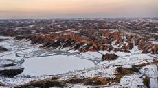 Foto dari udara yang diabadikan pada 3 Desember 2020 ini menunjukkan pemandangan Mahuangliang Loess Geopark usai turun salju di Kota Yulin, Provinsi Shaanxi, China barat laut. (Xinhua/Tao Ming)