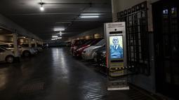 Penampakan penjaga keamanan virtual yang memantau parkir gedung di Buenos Aires, Argentina, Sabtu (5/5). Salah satu kekhawatiran tentang adanya sistem ini adalah ia akan menggantikan penjaga keamanan secara langsung. (AP Photo/Rodrigo Abd)