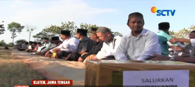 Sebelum salat ghaib dilakukan, warga juga melakukan penggalangan dana untuk membantu korban gempa.