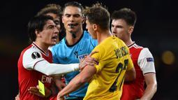 Bek Arsenal, Hector Ballerin, bersitegang dengan bek Standard Liege, Mergim Vojvoda, pada laga Liga Europa di Stadion Emirates, London, Kamis (3/10). Arsenal menang 4-0 atas Liege. (AFP/Glyn Kirk)