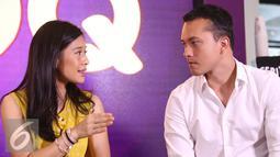 Dian Sastrowardoyo berdiskusi dengan Nicholas Saputra saat menghadiri konfrensi pers peluncuran eksklusif film AADC 2 di aplikasi HOOQ di Jakarta, Selasa (26/7). (Liputan6.com/Herman Zakharia)