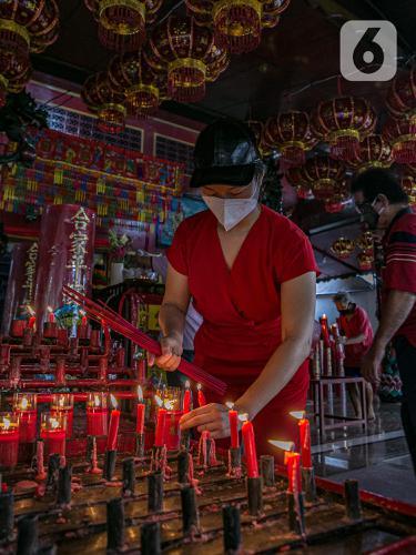FOTO: Jelang Imlek, Warga Tionghoa Sembahyang di Vihara Amurva Bhumi
