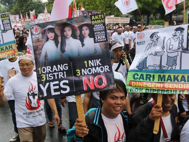 Ribuan pedagang pulsa menggeruduk Kantor Kementerian Komunikasi dan Informasi (Kemenkominfo), Jakarta, Senin (2/4). Mereka menuntut Kemenkominfo menghapuskan kebijakan pembatasan penggunaan tiga SIM card untuk satu orang. (Liputan6.com/Arya Manggala)