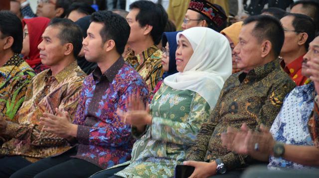 Gubernur Jawa Timur Khofifah Indar Parawansa meluncurkan program Millenial Job Center/MJC, East Java Super Coridor/EJSC, dan Big Data di Gedung Negara Grahadi, Surabaya, Senin (27/05/2019) sore. (Liputan6.com/Dian Kurniawan)