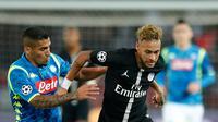 Striker PSG, Neymar mengiring bola dari kejaran gelandang Napoli, Allan selama pertandingan Grup C Liga Champions di stadion Parc des Princes di Paris, (24/10). PSG bermain imbang 2-2 atas Napoli. (AP Photo / Francois Mori)