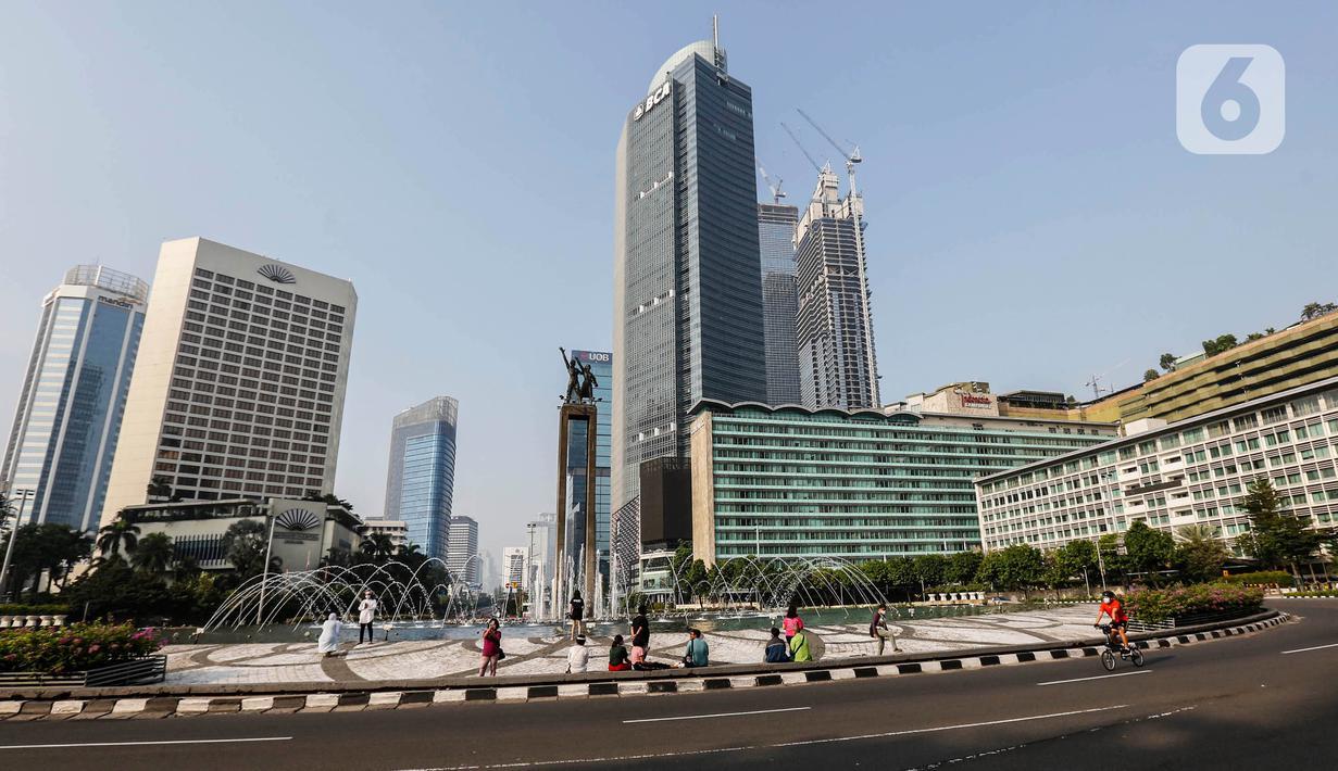 Warga beraktivitas di Bundaran HI, Jakarta, Kamis (13/5/2021). Jalanan Ibu Kota lengang pada libur hari Idul Fitri 1442 H. (Liputan6.com/JohanTallo)