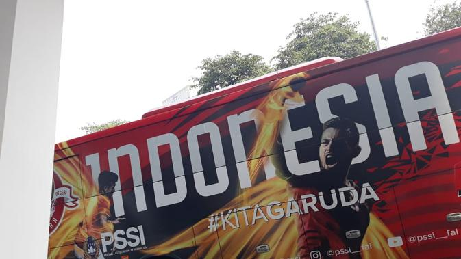 Bus anyar yang didominasi warna merah itu bakal menjadi kendaraan pengangkut Timnas Indonesia baik ke tempat latihan maupun ke stadion tempat pertandingan. (Bola.com/Zulfirdaus Harahap)