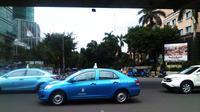 Taksi Blue Bird Group melintas di depan Terminal Bus Blok M, Jakarta Selatan. (Liputan6.com/Anri Syaiful)