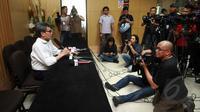 Plt Wakil Ketua KPK, Johan Budi memberikan penjelasan saat jumpa pers di gedung KPK, Jakarta, Rabu (8/4/2015). KPK akan memanggil SDA kembali pasca ditolaknya tuntutan Praperadilan di PN Jaksel (Liputan6.com/Helmi Afandi)