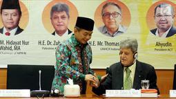 Ketua Fraksi PKS, Jazuli Juwaini bersama Dubes Palestina untuk Indonesia Zuhair Al Shun saat diskusi Ambassador Talks, Jakarta, Selasa (17/4). Diskusi membahas penanganan pengungsi di negara konflik dan pengaruhnya secara global. (Liputan6.com/JohanTallo)