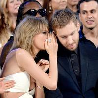 Kira-kira apa yang dibisikkan Taylor Swift pada Calvin Harris? (via dailymail.co.uk)