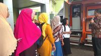Emak-Emak di Bogor bingung cairkan dana PKH via ATM. (Liputan6.com/Achmad Sudarno)