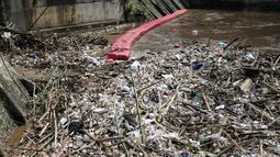 Tumpukan sampah yang menyumbat Pintu Air Manggarai, Jakarta, Selasa (26/2). Meningkatnya debit air Sungai Ciliwung yang disebabkan hujan di kawasan Bogor dan Depok menyebabkan terjadi penumpukan sampah di Pintu Air Manggarai. (Liputan6.com/Faizal Fanani)
