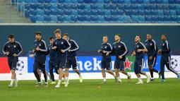 Para pemain Lyon berlatih jelang menghadapi Zenit pada matchday kelima Grup G Liga Champions di Gazprom Arena, Saint Petersburg, Rusia, Selasa (26/11/2019). Lyon akan menghadapi Zenit di Saint-Petersburg Stadium. (Olga MALTSEVA/AFP)