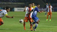 Firman Utina berduel dengan pemain-pemain PBFC (Liputan6.com/Helmi Fithriansyah)