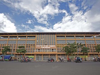 Stadion Gelora 10 November kandang Persebaya Surabaya saat ini hanya menjadi tempat latihan warga dan SSB setempat, Stadion ini merupakan saksi bisu kejayaan Persebaya. (Bola.com/Nicklas Hanoatubun)