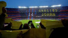 Suporter membentangkan tulisan terima kasih kepada legenda Barcelona, Johan Cruyff, sebelum pertandingan antara Barcelona melawan Real Madrid di Stadion Camp Nou, Barcelona, (2/4/2016). (AFP/Pau Barrena)