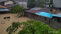 Sejumlah warga Manado memilih naik ke atap rumah karena volume air yang terus meningkat akibat banjir.