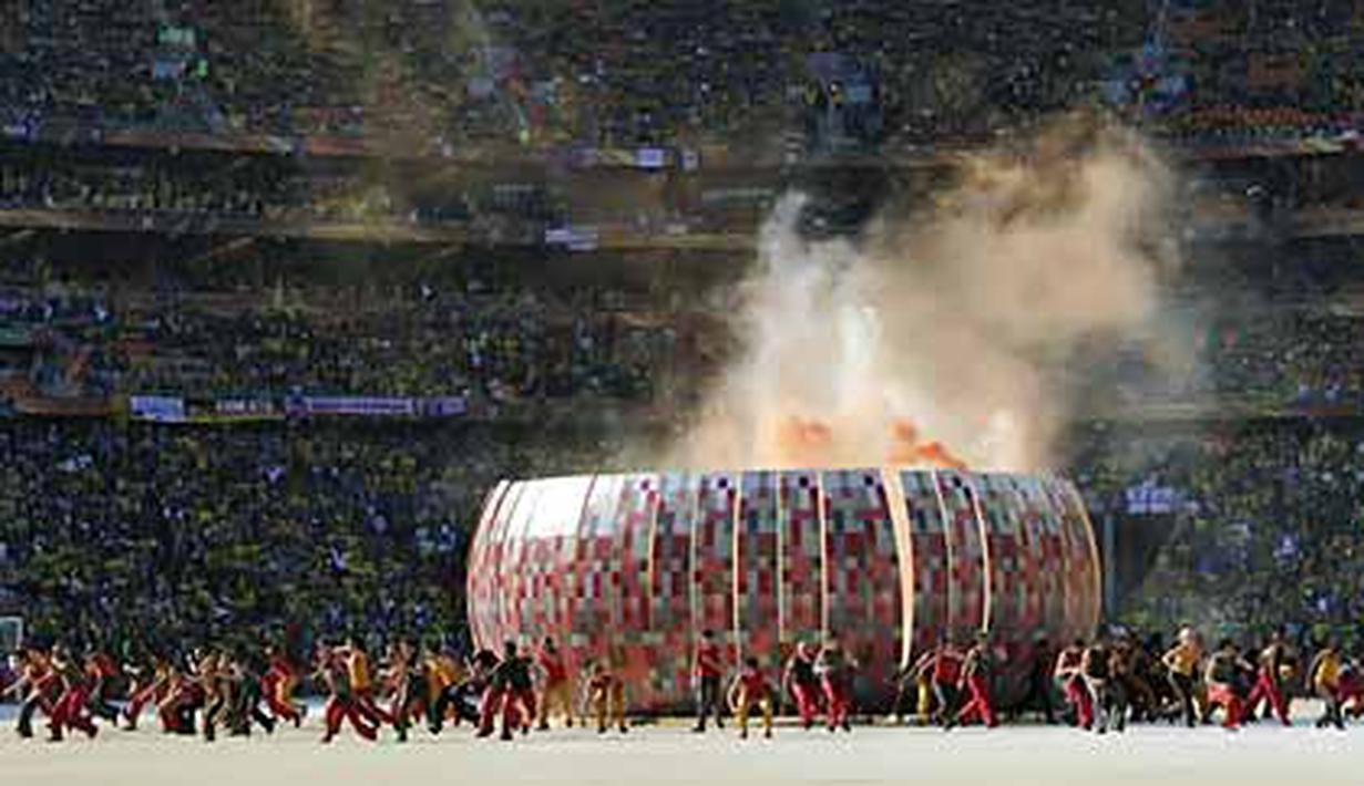 Performa para penari dalam upacara pembukaan Piala Dunia 2010 dan miniatur Stadion Soccer City di Johannesburg. AFP Photo/Omar Torres