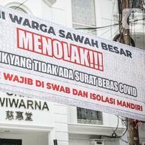 Seorang pria melintas di dekat spanduk peringatan untuk pemudik di kawasan Kartini, Sawah Besar, Jakarta, Senin (17/5/2021). Spanduk tersebut untuk memperingati warga yang kembali dari mudik lebaran agar membawa surat bebas COVID-19. (Liputan6.com/Faizal Fanani)