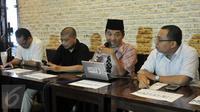 Ray Rangkuti (tengah) saat menggelar konferensi pers terkait Setya Novanto, Jakarta, Minggu (29/11/2015). Koalisi Bongkar Mafia Parlemen mendesak Setnov untuk mundur.(Liputan6.com/Johan Tallo)