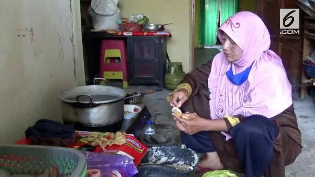 Seorang wanita berdagang siomay 7 tahun akhirnya berhasil menjadi salah satu calon jemaah haji asal Sulawesi Barat.