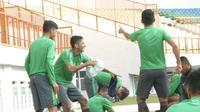 Para pemain Timnas Indonesia U-19 berjoget ria dengan lantunan lagu Jaran Goyang sebelum memulai latihan di Stadion Wibawa Mukti, Cikarang, Kabupaten Bekasi, Sabtu (7/10/2017) pagi. (Bola.com/Okie Prabhowo)
