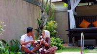 Muzdalifah dan suami pamer kemesraan di pinggir kolam renang (https://www.instagram.com/p/CCqRmHdgZN3/)