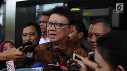 Menteri Dalam Negeri Tjahjo Kumolo memberikan keterangan seusai memenuhi panggilan penyidik KPK di Jakarta, Jumat (25/1). Tjahjo Kumolo menjalani pemeriksaan sebagai saksi dalam kasus dugaan suap izin Meikarta. (Liputan6.com/Herman Zakharia)