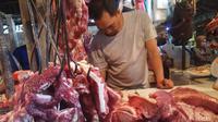 Daging sapi segar di pasaran tembus di harga Rp 130.000 per Kilogram (Liputan6.com / Nefri Inge)