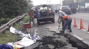 Jalan tol Surabaya-Gempol di KM06+200 arah Gempol ambles, Rabu (27/1/2021). (Dian Kurniawan/Liputan6.com)
