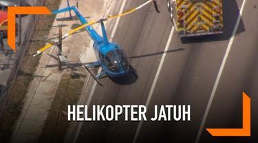 Kecelakaan helikopter di daerah Florida Amerika Serikat hari Kamis (4/4). Helikopter alami gagal mesin dan jatuh di jalanan padat kendaraan. Peristiwa ini tewaskan penumpang truk yang terkena baling-baling helikopter.