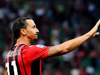 Sosok Zlatan Ibrahimovic mencuri perhatian saat membawa AC Milan mengalahkan Lazio dengan skor 2-0 pada laga Serie A 2021/22 di San Siro, Minggu (12/9/2021). (Foto:AFP/Isabella Bonotto)